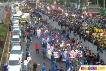 Massa Mahasiswa Menutup Jalan Tol Dalam Kota
