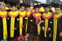 13 Pekerja Migran di SIngapura Wisuda Universitas Terbuka