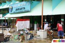 Bersih-Bersih SMA Negeri 8 Jakarta Seusai Terendam Banjir