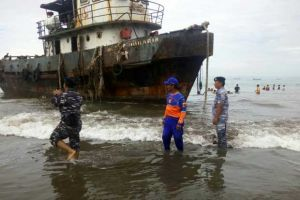 Diterjang Angin Kencang, Kapal Tongkang Kandas di Pantai Pangandaran
