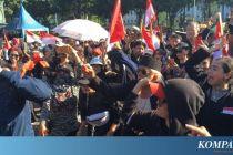Demo Anies, Massa Lempari Pria Bertopeng Pakai Tomat Busuk