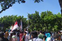 Polisi Halau Dua Kelompok Pendemo di Balai Kota DKI