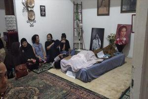 Jenazah Ade Irawan Akan Dimakamkan Satu Liang dengan Suaminya