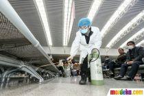 Cegah Virus Corona, Petugas Semprot Stasiun Kereta dengan Disinfektan