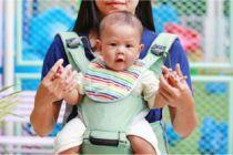 Gendong Bayi Depan jadi Kontroversi, Adakah Risikonya?
