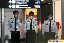 Cegah Virus Corona, Warga Pakai Masker di Bandara Soetta