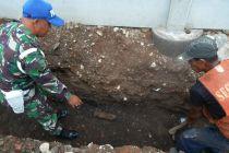 Gali Tanah untuk saluran Air, Pekerja Bangunan PT KAI Temukan Mortir