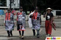 Aksi 3 Warga Mojokerto Jalan Kaki ke Jakarta Demi Keadilan