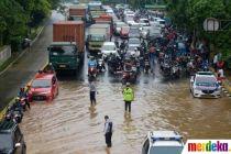 Lalu Lintas Jalan Perintis Kemerdekaan Terhambat Akibat Banjir