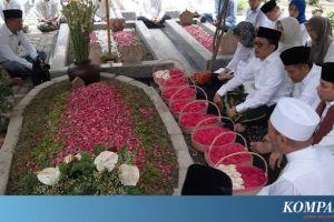 Peringatan 7 Hari Wafatnya Gus Sholah, Peziarah Banjiri Makam Tebuireng