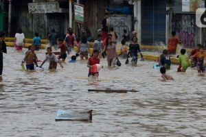 Damkar: Genangan Air di Perkotaan Jalan Jatinegara Barat Surut