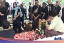Damayanti Noor Dikubur Satu Liang Lahat dengan Chrisye