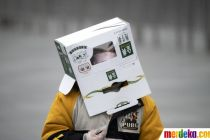 Bocah di China Tutupi Kepala Pakai Kardus Demi Hindari Corona