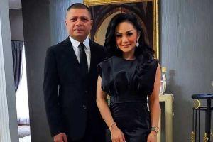 Krisdayanti Beri Kejutan Kue Bertabur Uang Dollar di Ultah Mewah Raul Lemos