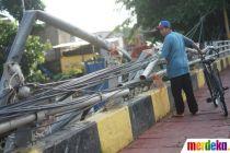 Pagar Pembatas Rusak Akibat Banjir Dibiarkan Terbengkalai di Bukit Duri