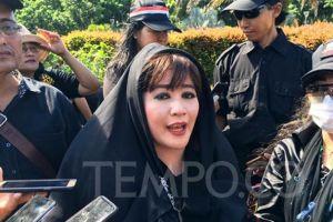 Dewi Tanjung Mau Laporkan Fahira Idris Soal Hoaks Virus Corona