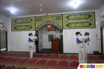 Antisipasi Corona, DMI Semprotkan Cairan Disinfektan di Area Masjid