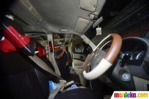 Driver Online Semprotkan Disinfektan di Mobil Cegah Penyebaran Corona