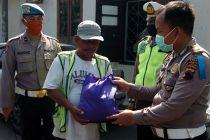 PSBB Jakarta: Polda Metro Jaya Bagikan 25 Ton Beras ke Warga