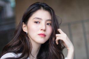 Han So Hee Disebut Mirip Song Hye Kyo Usai Bergaya Cantik dan Elegan di Pemotretan Majalah