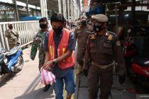 Melanggar PSBB Jakarta, Pria Ini Disuruh Bersihkan Sampah