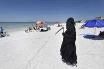 Malaikat Maut Protes Pembukaan Pantai di Tengah Pandemi Covid-19