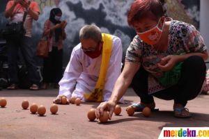 Melihat Ritual Mendirikan Telur di Perayaan Peh Cun