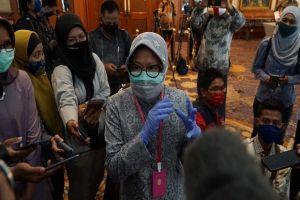 Tanpa Tunjukkan Data, Risma Klaim Kasus COVID-19 di Surabaya Turun