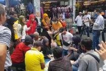 Protes Buka Tutup Jalan, Pedagang Pasar Baru Botram di Tengah Jalan Ottista